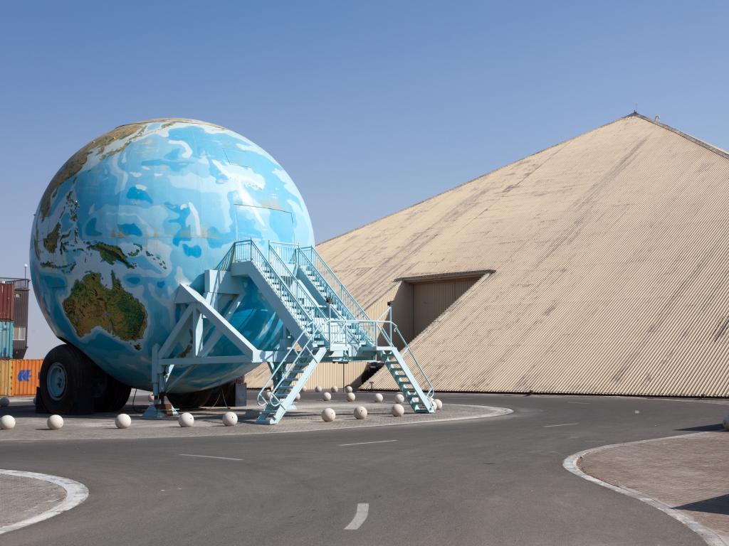 Ein fahrender Globus im Emirates National Auto Museum