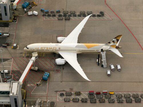 Eine Boeing 787 von Etihad Airways am Abu Dhabi International Airport