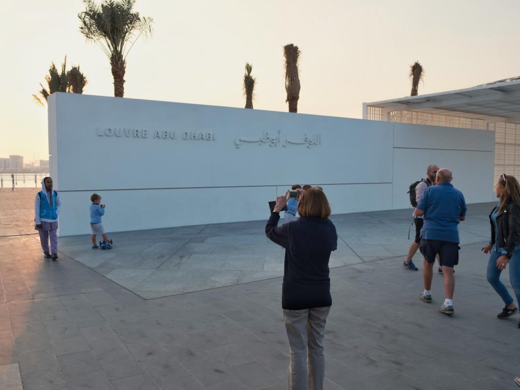 Der Eingang zum Louvre Abu Dhabi