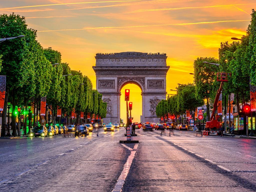 Arc de Triomphe und Champs-Élysées