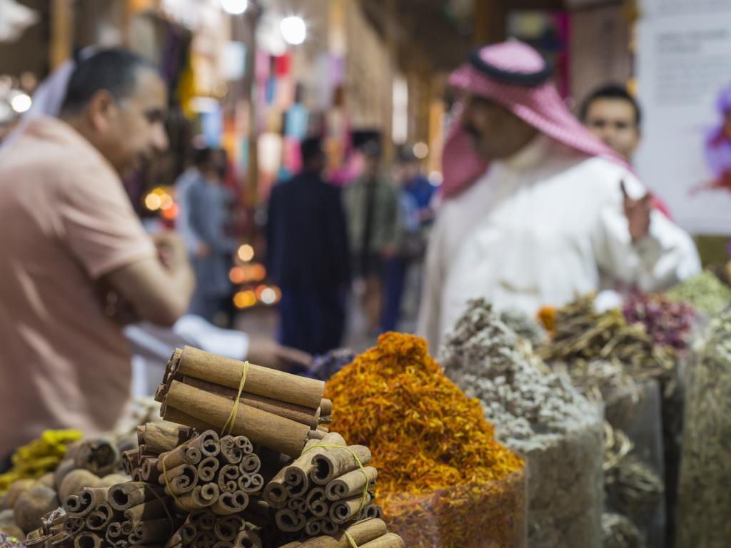 Besucher im Abu Dhabi Gewürz Souk