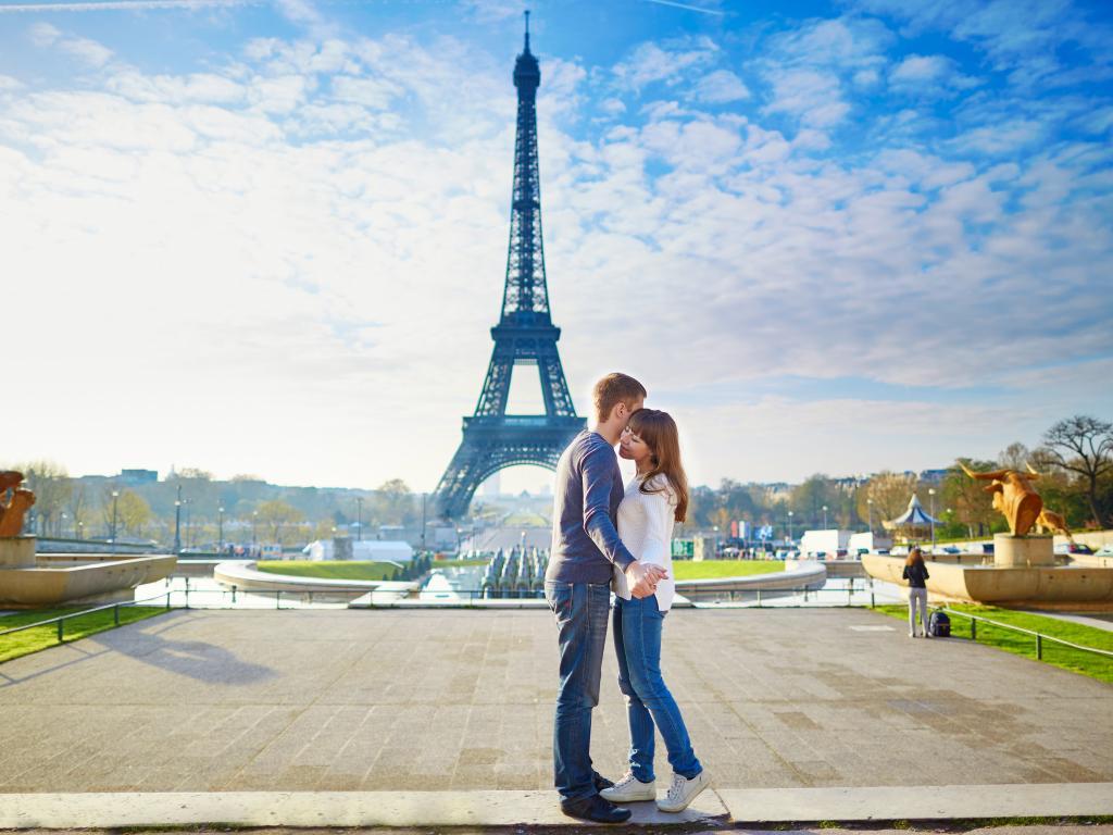 Ein Paar mit Blick auf den Eiffelturm