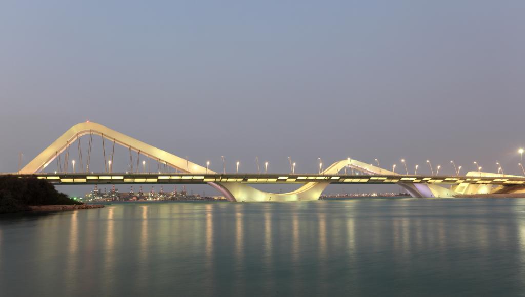 Die Sheikh Zayed Bridge in Abu Dhabi