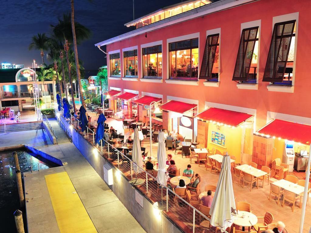 Geschäfte und Restaurants am Abend im Bayside Miami