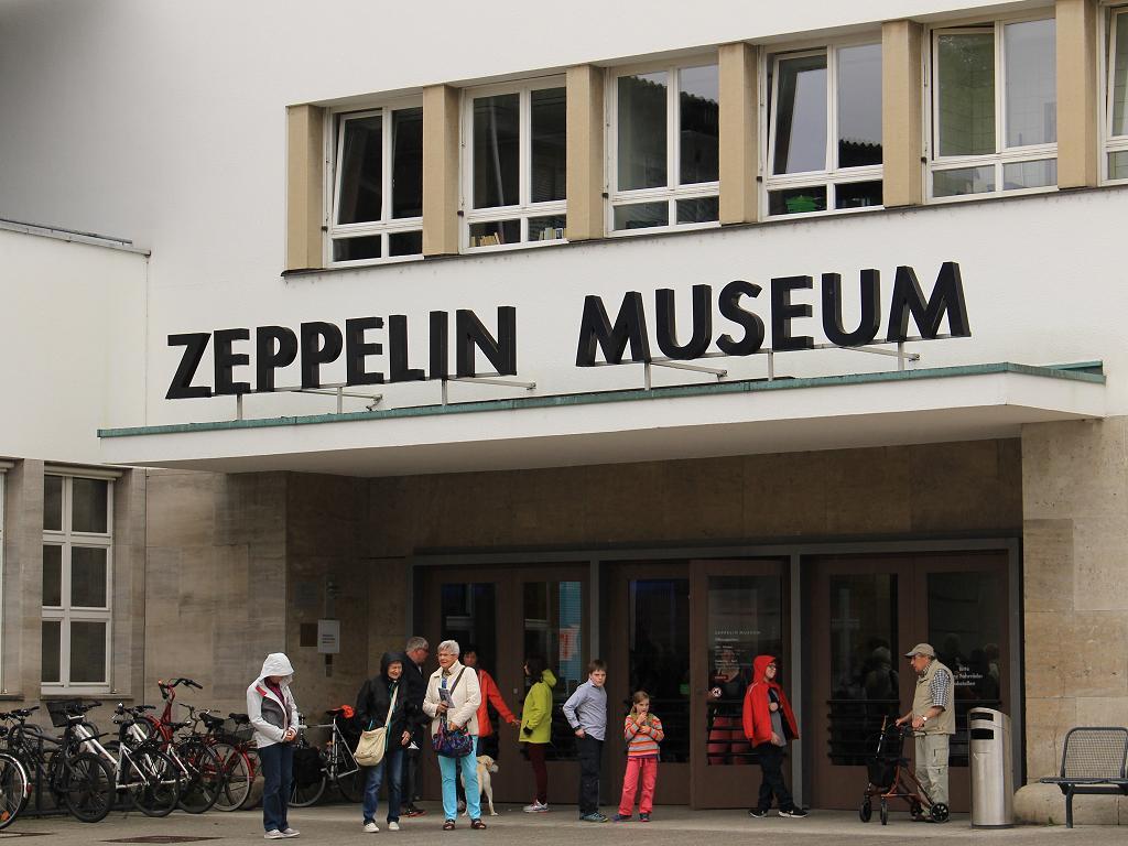 Besucher vor dem Zeppelin Museum