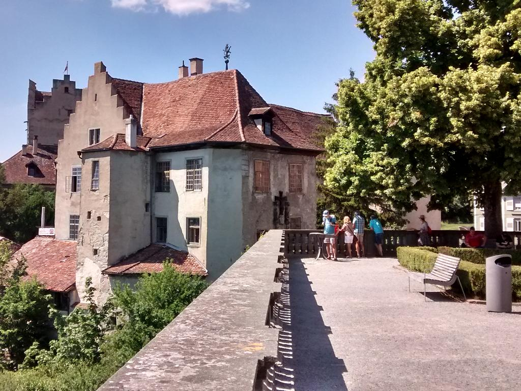 Der Blick vom Neuen Schloss Meersburg zur Burg
