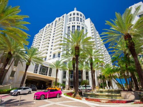 Der Eingang zum Loews Miami Beach Hotel