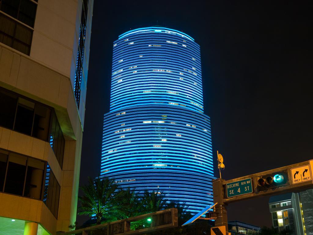Miami Tower in Blauer Beleuchtung