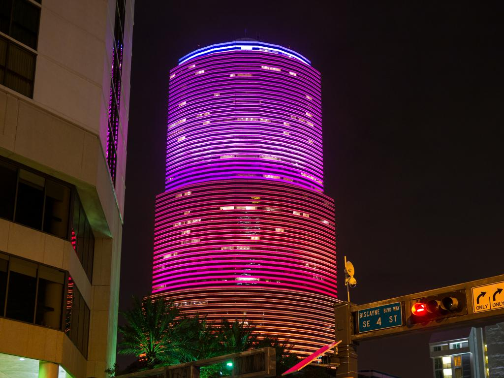 Miami Tower in Roter Beleuchtung