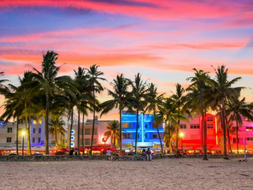 Am Abend der Ocean Drive in Miami Beach