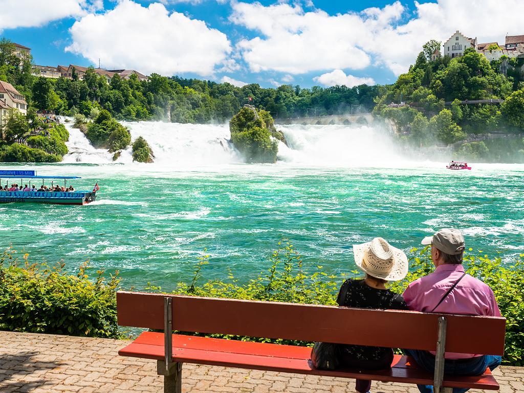 Touristen blicken auf den Rheinfall