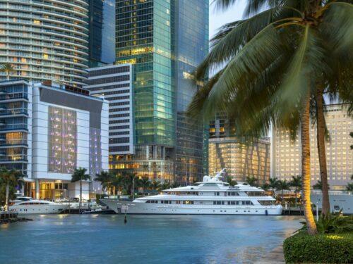 Eine Yacht in der Downtown von Miami