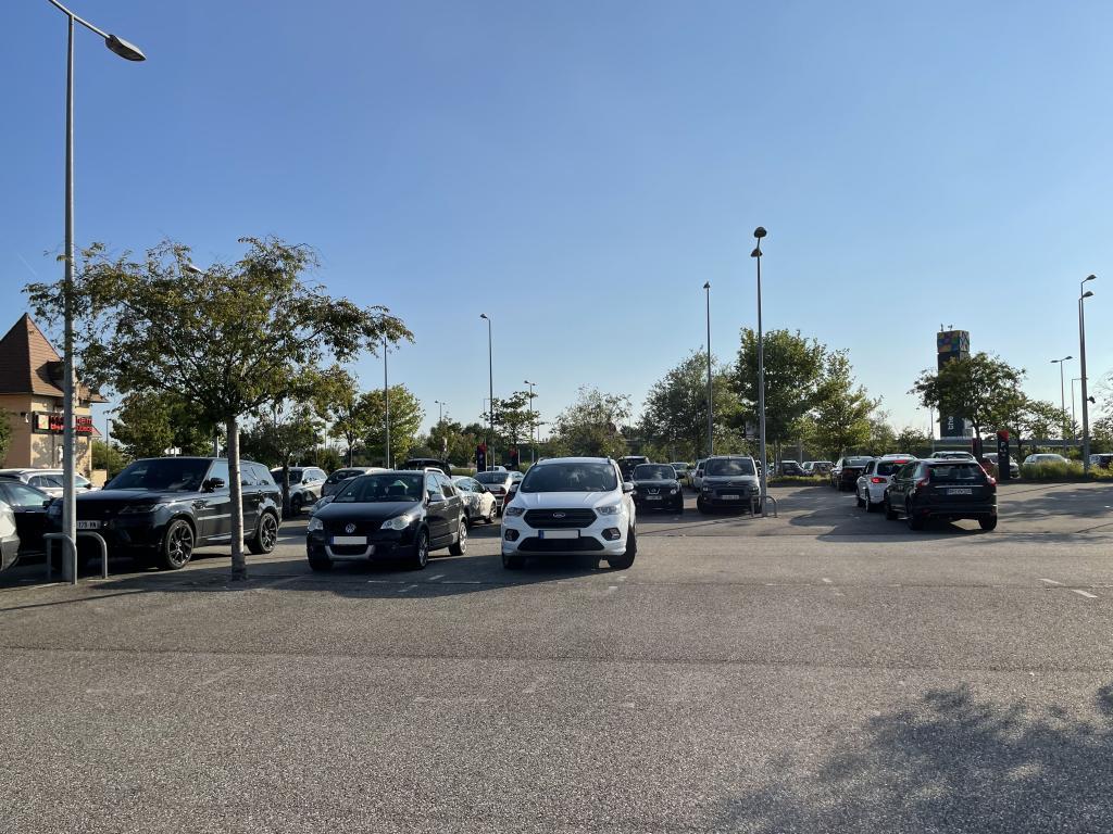 Der Parkplatz vom Outlet