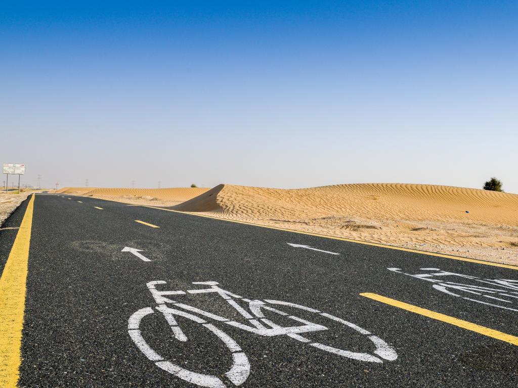 Fahrrad und Wüste in Dubai
