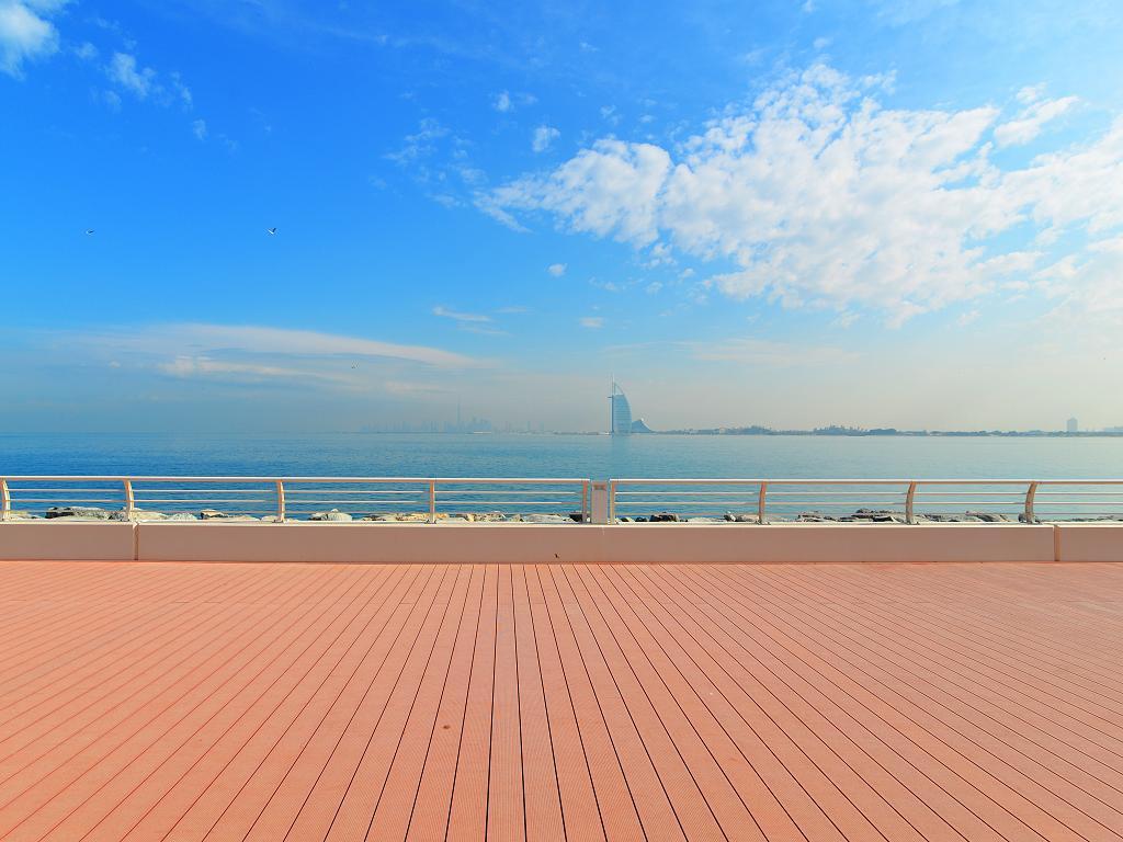 Der Boardwalk mit Blick zum Burj al Arab